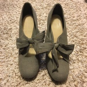 Women heels with bow